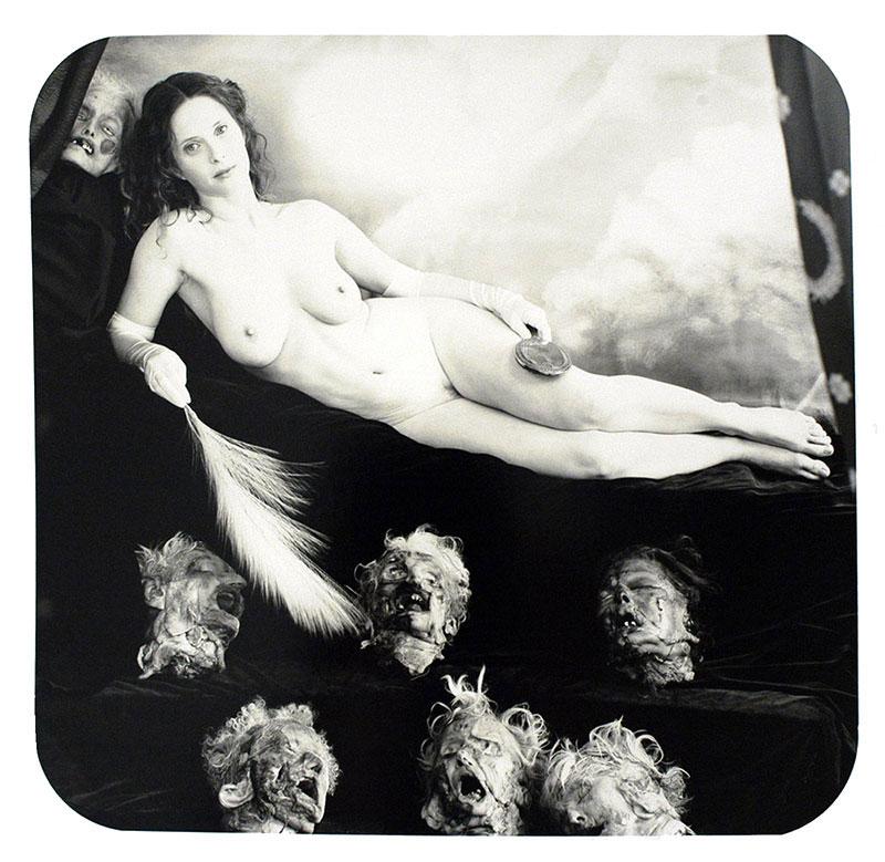 Joel-Peter Witkin, Ars Moriendi, 2007; presenta una bella mujer desnuda acompañada de 7 cabezas decapitadas.