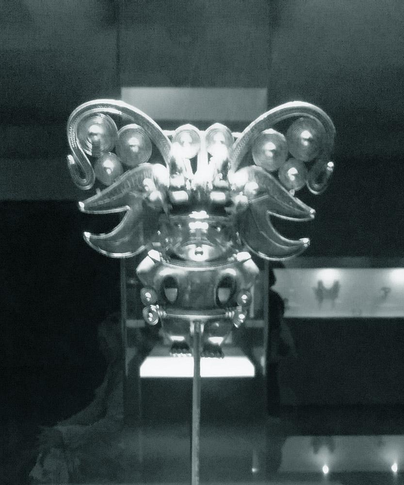 Figurilla de Chamán representando un murciélago, Museo del Oro de Bogotá. Fotografía propiedad del autor.