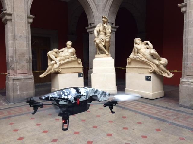 Fig. 2. Prueba de vuelo con el dron Parrot AR 2.0, Academia de San Carlos, 2017.