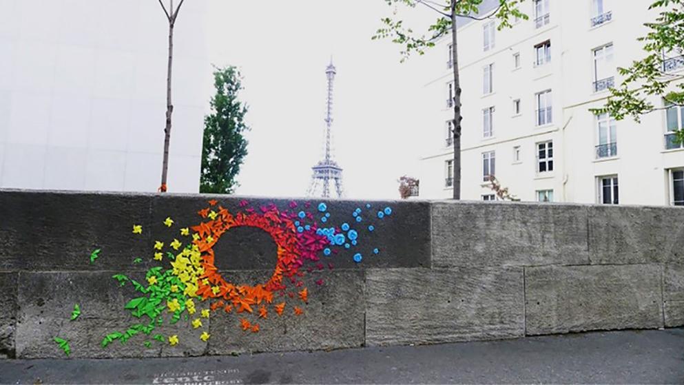 Imagen No. 1 Arte urbano en calles de París, obra sin título. Imagen extraída del website de Mademoiselle Maurice (s/f), técnica origami en intervención artística urbana en las calles de París, Francia. Tamaño 11.39 cm x 19.87 cm.