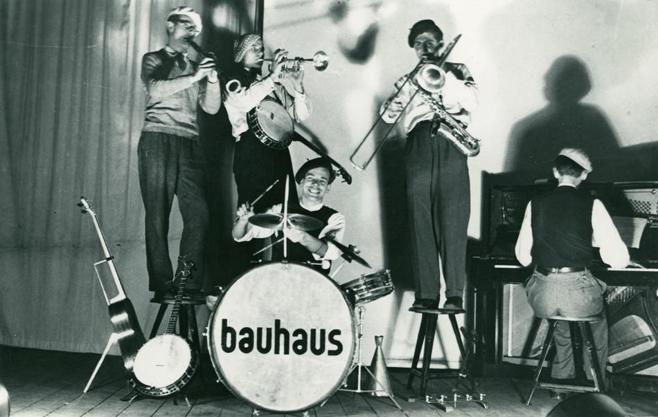 La influencia de las culturas orientales en la filosofía de la Bauhaus deja sus rastros en la implantación de pedagogías tendientes a armonizar todos los aspectos y experiencias vitales junto a la adquisición de conocimientos.