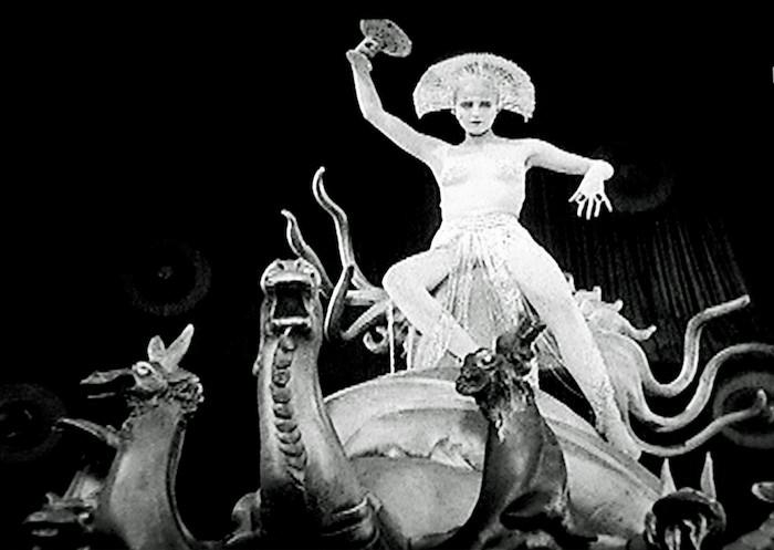 Metropolis. Dir. Fritz Lang. Alemania. 1927. El ser robot antropomorfo, disfrazado de María, caracterizada como la Ramera de Babilonia.