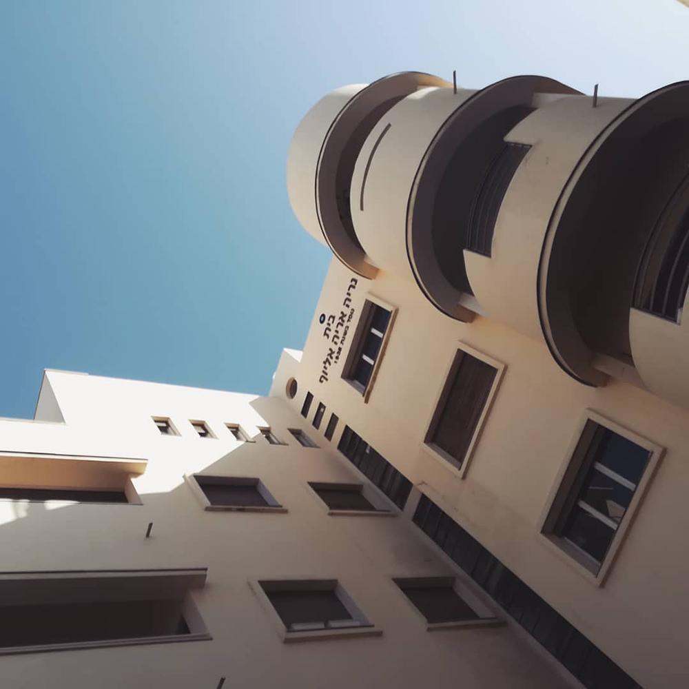 Edificios Bauhaus en Ben Yehuda con visibles muestras de deterioro, algunos incluso en semia-bandono. Fotografía © Aldo Guzmán.