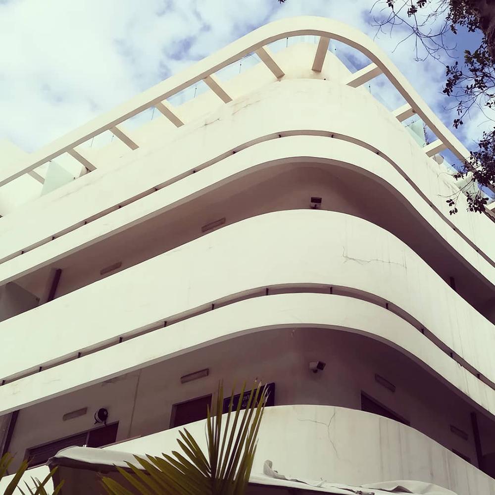 Detalle de la arqui-tectura Bauhaus que rodea Kikar Dizengoff. Fotografía © Aldo Guzmán.