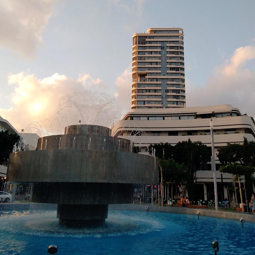 Estado actual de DIzengoff, con edificio Bauhaus al fondo. Fotografía © Aldo Guzmán.