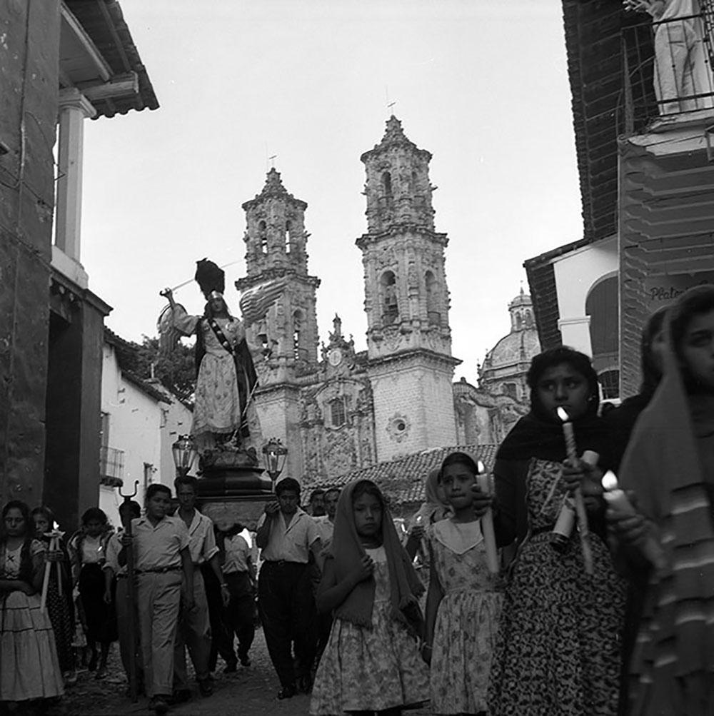 San Miguel Arcángel en procesión de Las Vírgenes, Semana Santa en Taxco, 1959. Fotografía: Juan Crisóstomo Estrada.
