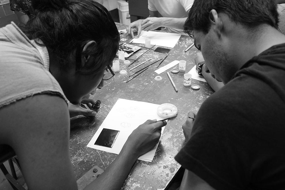 Alumnos en el laboratorio de esmaltado de la FAD Taxco. Imagen de archivo, © Alan Gómez, 2019.