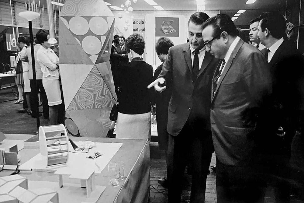 Fig. 1. Manuel Villazón mostrando trabajos de sus alumnos de la UIA a Pedro Ramírez Vázquez.