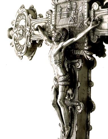 Cruz procesional. Anónimo. Siglo XVII. Plata fundida,  cincelada y pulida. 38 x 31 cm.