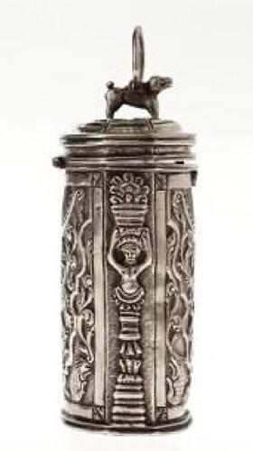 Cigarrera. Anónimo. Siglo XVIII. Plata repujada, fundida y cincelada. 9 cm.