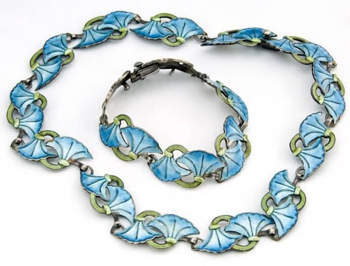 Algunos de los diseños florales visualmente más agradables representan hojas en varios tonos de verde.