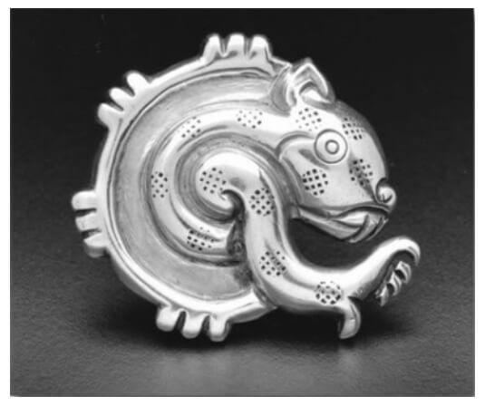 Este diseño de broche se compone de dos elementos simbólicos vinculados a la noche. Por un lado, la mandorla de la luna (vasija o jícara para beber pulque) y un fragmento de un jaguar estilizado siguiendo el estilo de la representación de los códices de la tradición Mixteco-Puebla del posclásico.