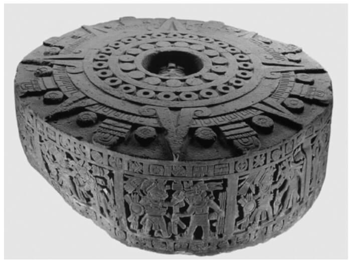 Temalácatl (denominado Piedra de Moctezuma, ubicado en la sala Mexica del Museo Nacional de Antropología e Historia), usada como piedra de sacrificio gladiatorio, puede observarse al centro de la escultura monolítica una vasija (cuauxicalli) que tiene esculpida una máscara, alrededor unos círculos que representan la sangre (chalchíhuitl) y ocho triángulos que representan los rayos del sol.