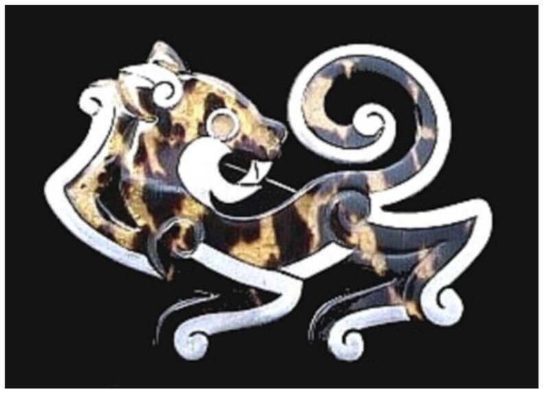 En este diseño de broche, la composición de este Jaguar podría contener una probable ambigüedad que Spratling pudo dejar de manera intencionada; la forma y proporción de las extremidades sumado a la posición de la cabeza mirando hacia atrás hace suponer que es un jaguar rugiendo, haciendo de voluta de sonido su propia la cola.  Sin embargo, el dios Tezcatlipoca (espejo humeante) se representa con una extremidad inferior mutilada y reemplazada por su antropónimo en forma de un círculo (espejo de obsidiana) con volutas negras (humo). Y las extremidades del jaguar en todos los casos tiene volutas y también la cola.