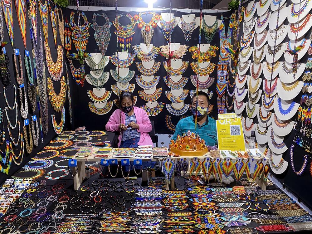 Indígenas pertenecientes a la cultura Emberá. Fotografía de Nicolás Atehortua Taborda. ExpoArtesanos, Centro comercial Premium Plaza, Medellín, Antioquia, Colombia. Colombia. 30 de agosto, 2020.