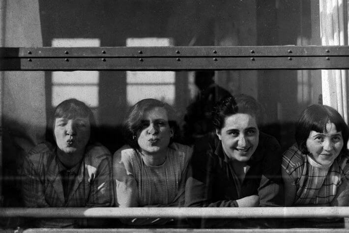 La Bauhaus fue de las primeras instituciones de formación artística que permitieron un acceso abiertamente igualitario a mujeres y hombres.