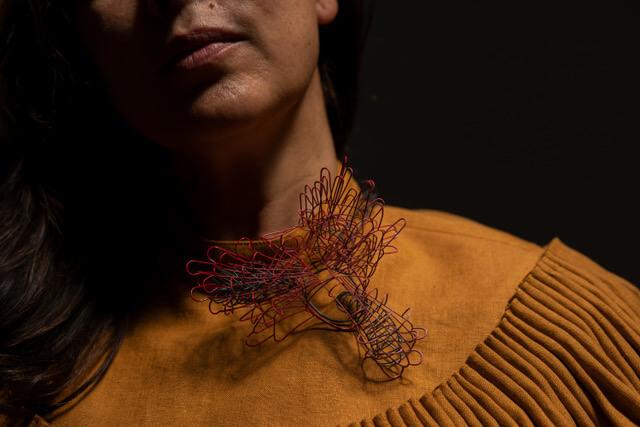 Collar Contenedor rosa, Paulette Cabrera.