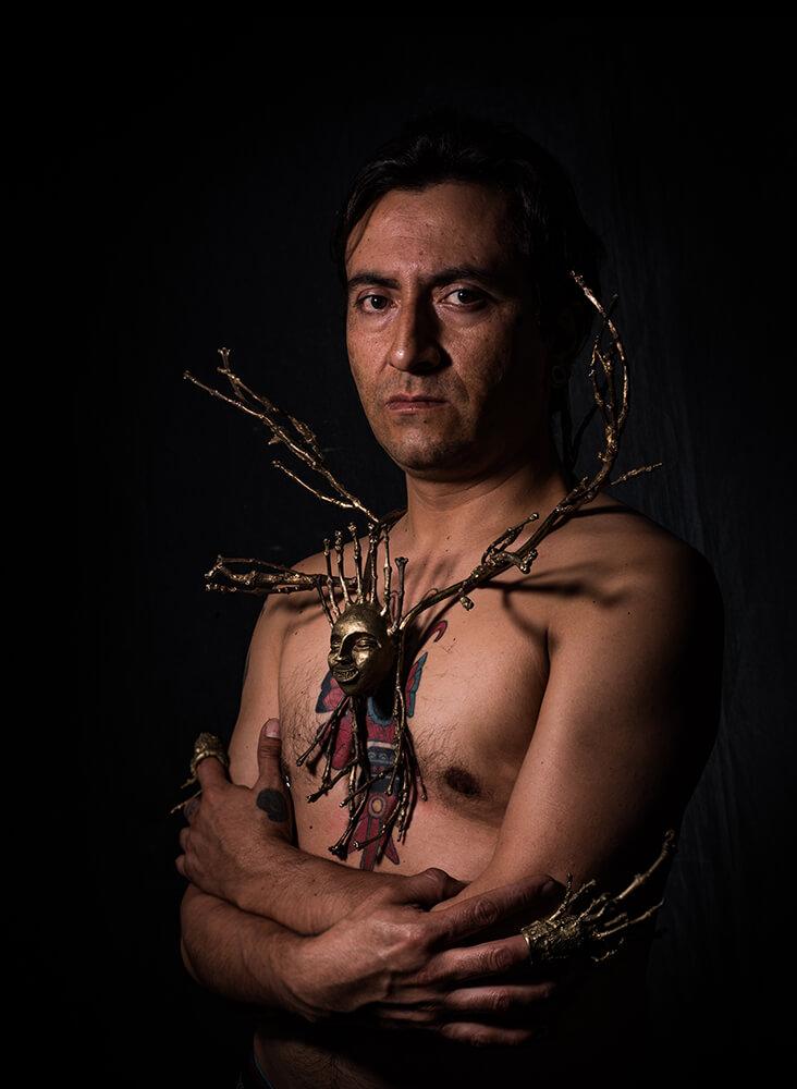 """""""Autoretrato"""", proyecto """"Alter-Ego"""". Collar, anillos y fotografía digital. Autor: Alexander Romero Reyes. Bogotá 2019."""
